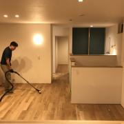 床が見えました。清掃作業中です。
